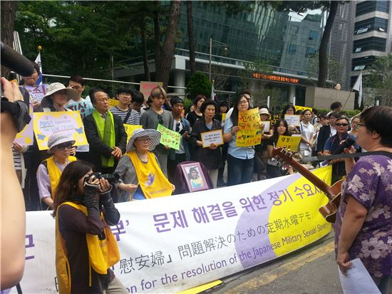11일 서울 종로구 일본대사관 앞에서 열린 수요집회에 고(故) 배춘희 할머니의 영정이 놓여졌다.