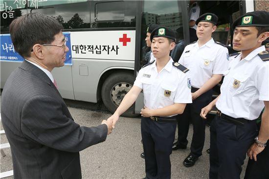 구기헌 상명대 총장이 헌혈하는 학생들을 격려하고 있다.