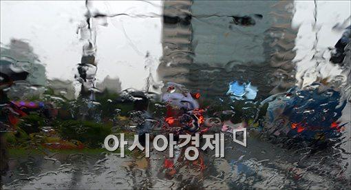 [포토]'빗속으로…'
