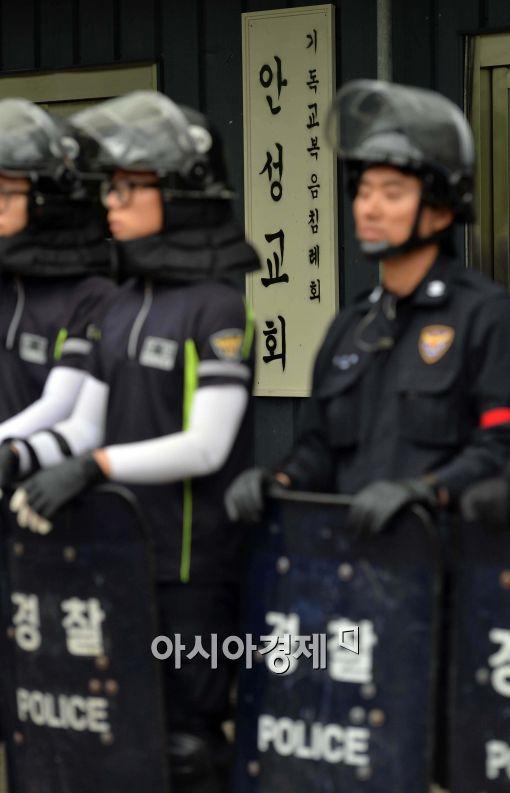 [포토]경찰에 포위된 금수원