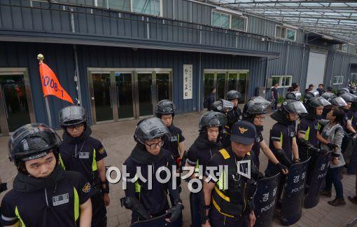 [포토]경찰로 가로막힌 금수원 예배당