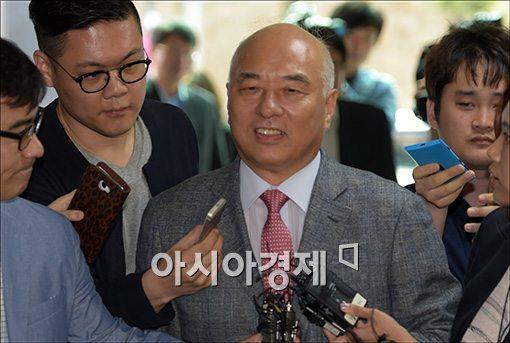 문창극 국무총리 후보자가 12일 정부서울청사 창성동 별관으로 출근하면서 기자들에게 둘러싸여 질문공세를 받고 있다.