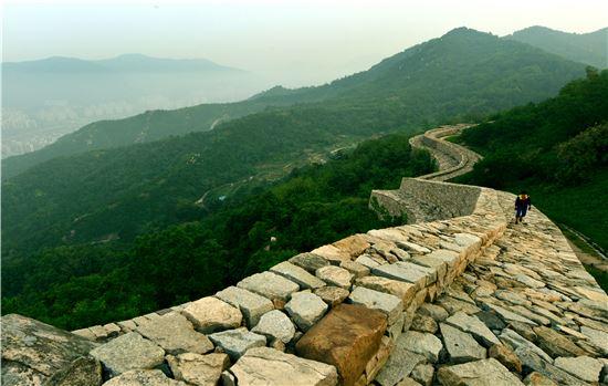 김해의 진산인 분산엔 가야의 역사를 간직한 절집과 산성이 있다.