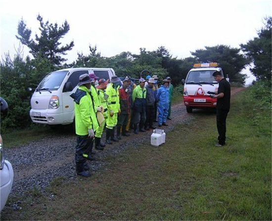 소나무재선충 방제작업요원들이 안전교육을 받고 있다.