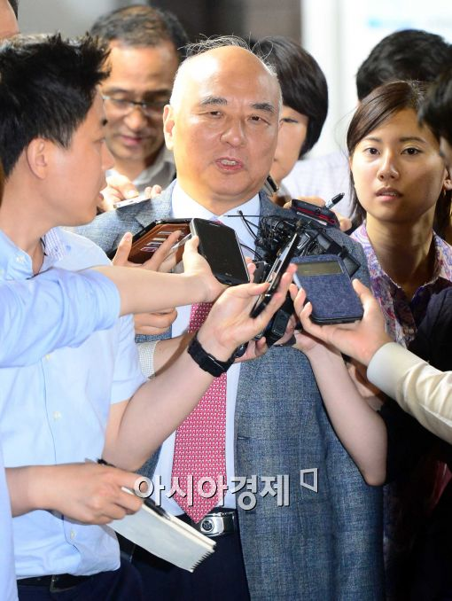 [포토]취재진들의 질의에 답하는 문창극 내정자