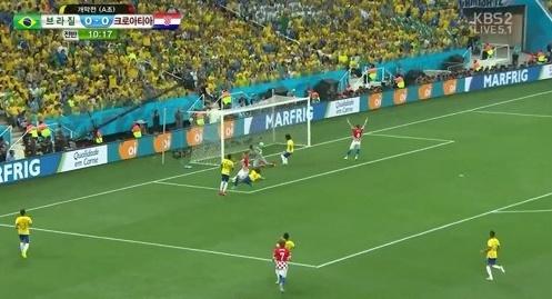 ▲브라질 크로아티아 개막전. 브라질 월드컵 최초 1호 자책골 장면.(사진:KBS2 방송 캡처)