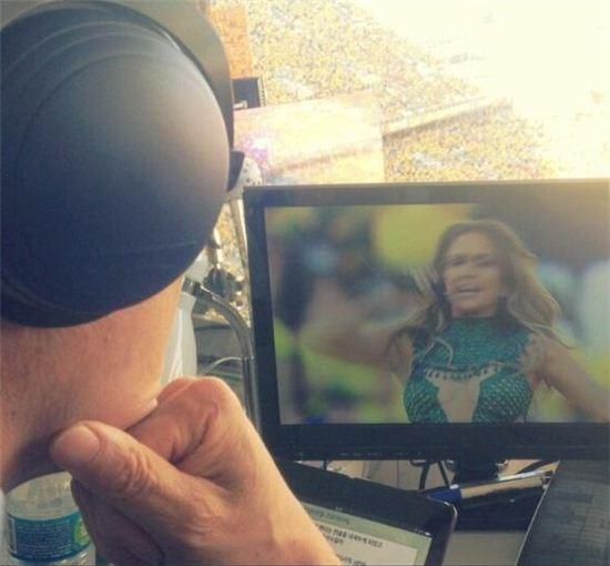 ▲차범근 위원이 제니퍼 로페즈의 브라질 월드컵 개막식 공연을 감상하고 있다. (사진: 배성재 트위터)
