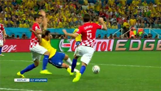 ▲브라질 크로아티아 월드컵 개막전 도중 브라질이 페널티킥 얻는 장면.(사진:KBS캡처)