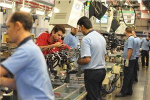 현대모비스 브라질 공장 근로자들이 현대차에 납품할 자동차용 모듈을 생산하고 있다.