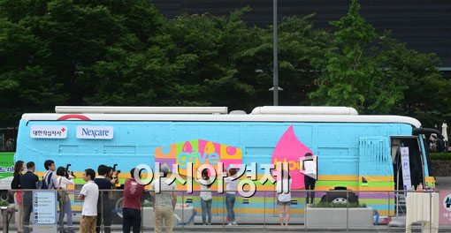 [포토]광화문광장에 나타난 이색 헌혈버스