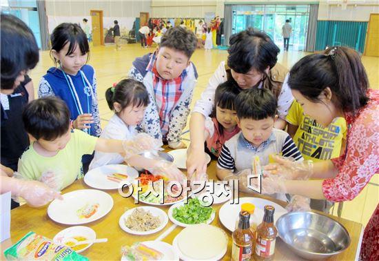 신광면 신광초등학교에서 아이들은 담당 다문화강사의 설명과 함께 음식만들기 체험을 하고  했다.