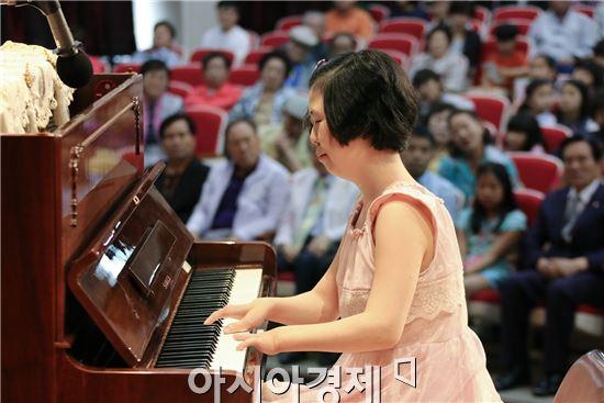 광주시 동구청(청장 노희용)은 13일 네 손가락으로 희망을 전하는 피아니스트 이희아씨를 초청해 400여명의 주민들이 참여한 가운데 동구청 6층 대회의실에서 '기적에서 나눔으로'라는 주제로 동구아카데미를 개최했다. 사진제공=광주시 동구