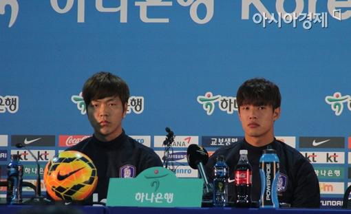 축구대표팀 중앙 수비수 김영권(왼쪽)과 홍정호