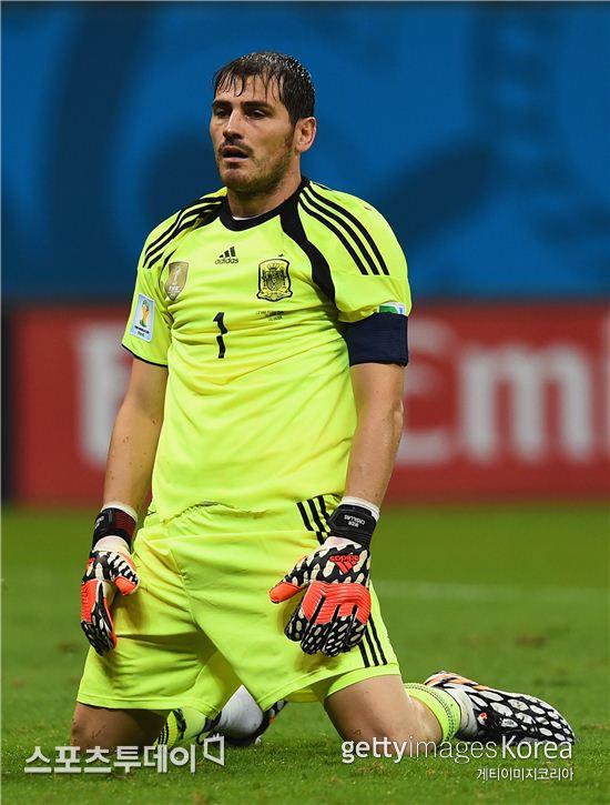 ▲스페인의 이케르 카시야스가 14일(한국시간)  브라질 살바도르 폰테노바 스타디움에 열린 스페인과의 브라질 월드컵 조별리그 B조 네덜란드와의 경기에서 실점한 뒤 무릎을 꿇고 있다.
