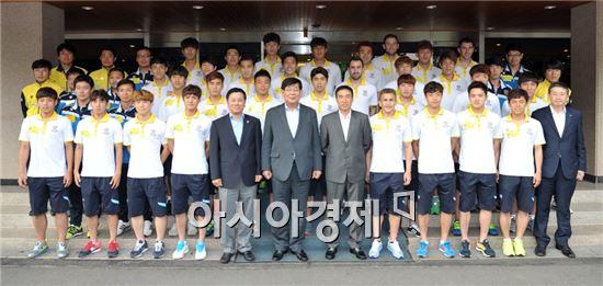 포스코 김진일 사장이 전남 드래곤즈 축구단 선수들을 격려하고 기념촬영을 하고있다.