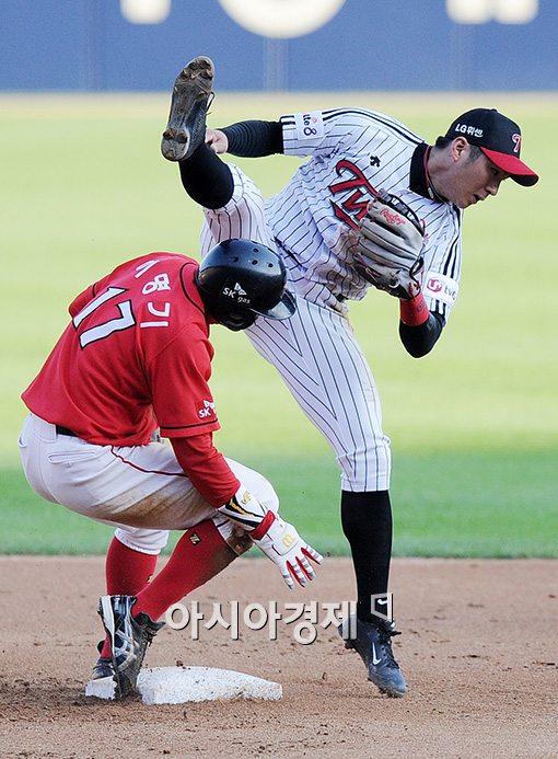 [포토]이명기,'야구는 격투기가 아닌데~'