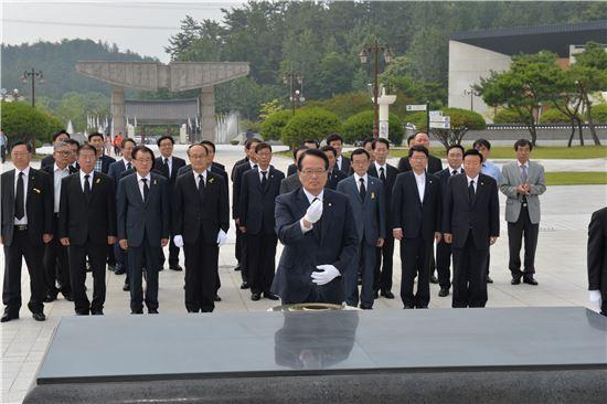 정의화 국회의장이 14일 광주 5·18민주묘지를 방문해 헌화·분향하고 있다.