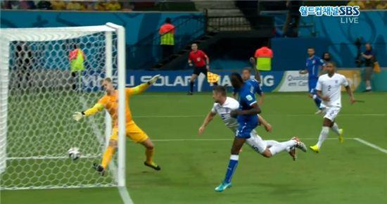 월드컵D조 이탈리아의 마리오 발로텔리가 잉글랜드와의 경기에서 후반 5분 역전 헤딩골을 터트렸다.(SBS방송 캡처)