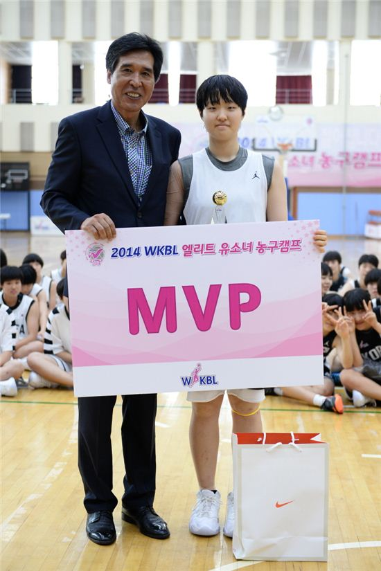 2014 WKBL 엘리트 유소녀 농구 캠프에서 MVP를 수상한 선일여중의 유현경(오른쪽)