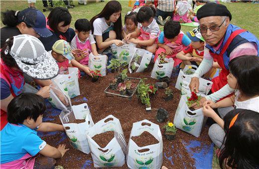경기도농업기술원은 17일 농업과학교육관 잔디장광에서 '숨쉬는 비닐화분' 보급 확대를 위한 체험 교육을 진행했다.