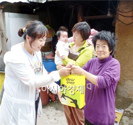장흥지역자활센터 수급자 자녀에게 후원물품을  전달했다.