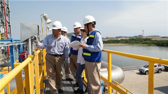 한국가스공사 임직원이 멕시코 만사니요 LNG터미널 현장을 점검하고 있다.