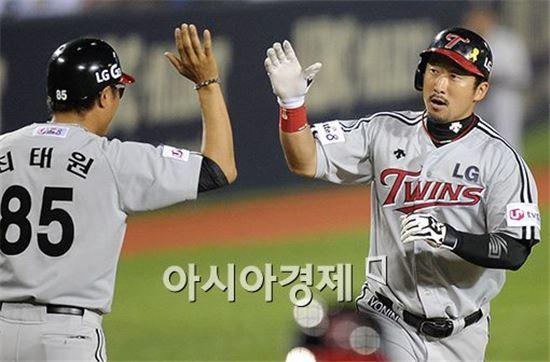 홈런을 친 뒤 최태원 3루 코치와 하이파이브를 나누고 있는 LG 이병규(7번)[사진=김현민 기자]