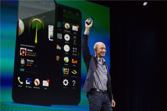 제프 베저스 아마존 CEO가 파이어폰을 들어 보이고 있다.