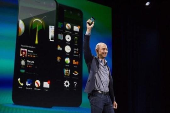 아마존 창립자인 제프 베이조스 최고경영자(CEO)는 18일 시애틀에서 열린 행사에서 자체 개발한 스마트폰인 파이어폰을 공개했다.