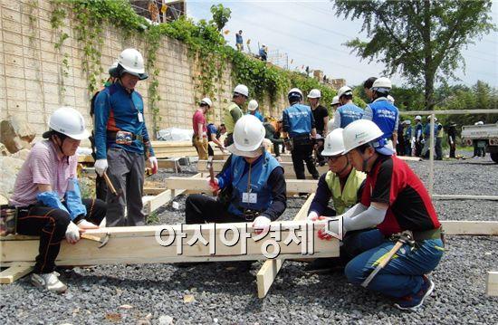 광양제철소 직원들이 무주택 이웃의 안락한 보금자리 마련을 위한 '사랑의 망치질'에 굵은 땀방울을 흘렸다.