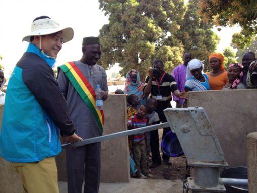 올해 초 아프리카 말리를 방문한 김영목 이사장이 물펌프를 저어보고 있다