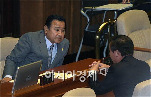 [포토]의견 나누는 이완구·김재원