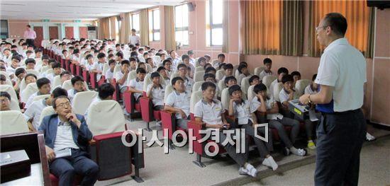 영광군은 지난 18일 해룡중학교에서 한빛원전 방사선비상시를 대비한 청소년 방사능방재교육을 실시했다.