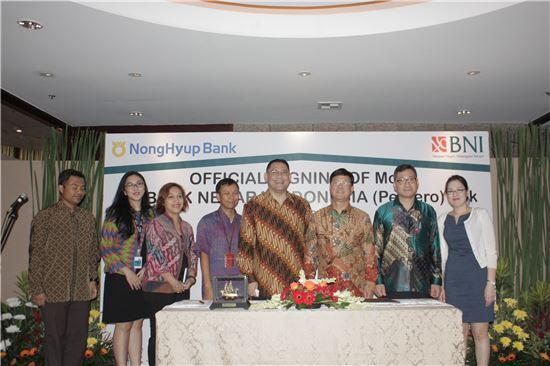 NH농협은행은 19일 인도네시아 자카르타에서 BNI은행과 포괄적업무협약(MOU)을 체결했다. 이정모부행장(오른쪽에서 세번째)과 위보우(wibowo) 인도네시아 BNI은행 부행장(오른쪽에서 네번째).