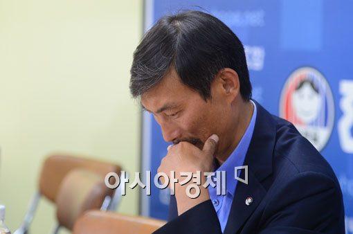 김정훈 전국교직원노동조합(전교조) 위원장이 19일 서울 서대문구 전교조 사무실에서 열린 긴급 대책회의에서 고심하고 있다.