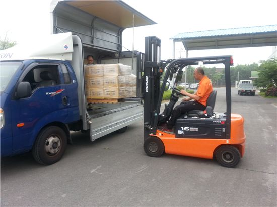 스페인으로 갈 보령머드파우더가 트럭에 실리고 있다.