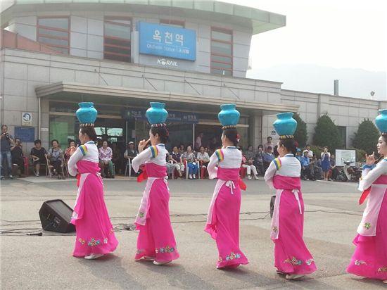옥천역 광장에서 '물동이 춤'을 추고 있는 평양예술단 단원들