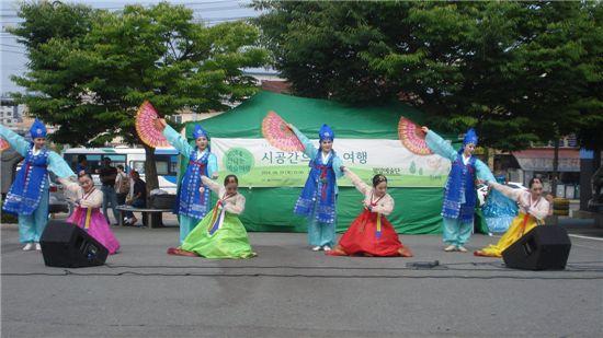 평양예술단의 옥천역 공연 모습