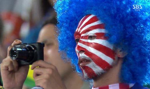 일본, 그리스전서 전범기 응원