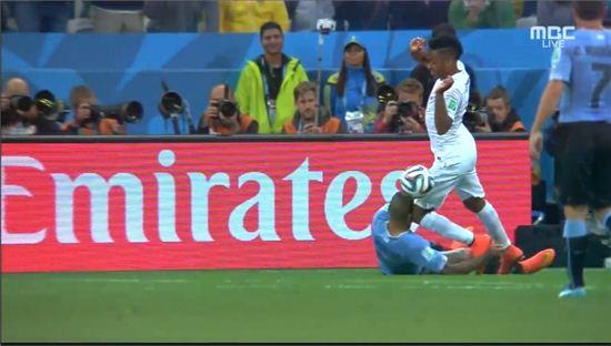 ▲잉글랜드 스털링 무릎에 얼굴을 맞은 우루과이 알바로 페레이라(사진:MBC캡처)