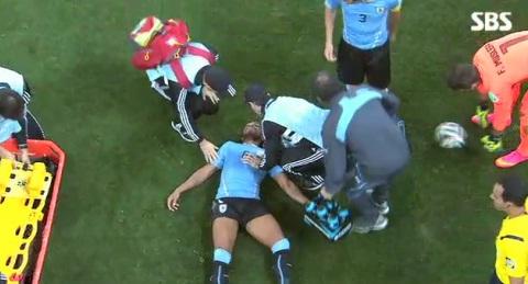 ▲잉글랜드-우루과이 경기 도중 페레이라가 스털링과 충돌해 잠시 기절했다. (사진: SBS 중계화면 캡처)