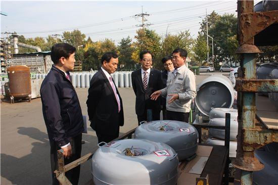 전대천 한국가스안전공사 사장(왼쪽 두번째)이 가스사고 예방을 위해 현장 점검을 하고 있다.