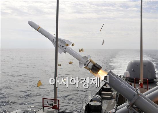유도탄고속함인 윤영하함(PKG)에서 국산 함대함유도탄인 해성이 발사되고 있다. 해성은 ADD에서 개발하고 LIG넥스원에서 양산해 수상함에 장착된 함대함유도탄이다. 사정거리는 150km에 달한다. <사진제공=해군>