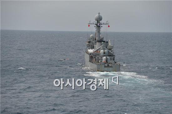 20일 동해상에서 실시된 해군 전투탄 실사격 훈련에서 초계함인 원주함(PCC)에서 국산 경어뢰인 청상어를 가상의 적 잠수함 표적을 향해 발사하고 있다.  <사진제공=해군>