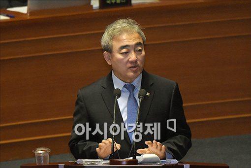 [포토]답변하는 유진룡 장관