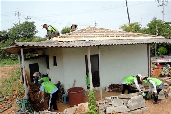 <한국농어촌공사 영산강사업단 직원들이 홀로사는 노인들의 집을 찾아 낡은 지붕을 바꿔주는 등 봉사활동에 구슬땀을 흘리고 있다.>