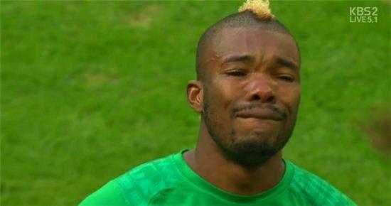 ▲코트디부아르 세레이 디에가 경기 전 눈물을 흘렸다.(사진:KBS 중계화면 캡처)