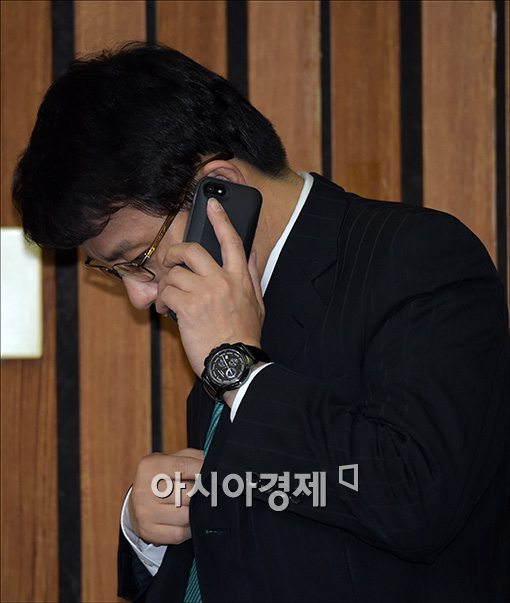 [포토]통화하는 윤상현 사무총장