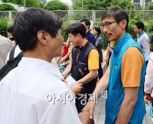 [포토]인사 나누는 김정훈 전교조 위원장