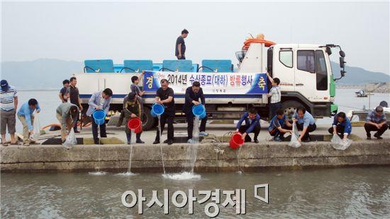 영광군은  염산면 청우항 해역에서 대하 종묘 방류행사를 가졌다.